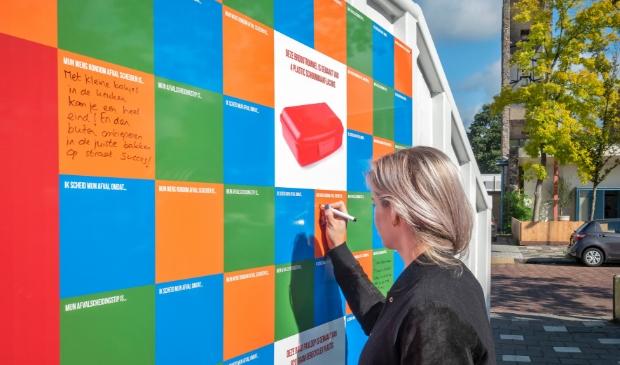 Voorbijgangers schreven spontaan hun boodschap of tip op de gekleurde 'Elke Kilo Telt' container.