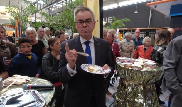 Burgemeester Wienen had de eer om de 50 meter lange taart aan te snijden.