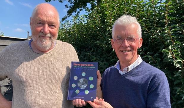 <p>Henk Willems (l) en Jos Heuer (r) met het boek dat zij schreven over de Tiendesprongen van Kees Boeke.&nbsp;</p>