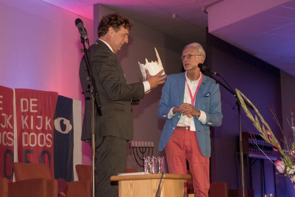 Kijkdoos voorzitter Ronald Blankenstein biedt de burgemeester een Benne-kom aan, gemaakt door kunstenaar Wim de Hertog R.  Ten Hoedt © BDU Media