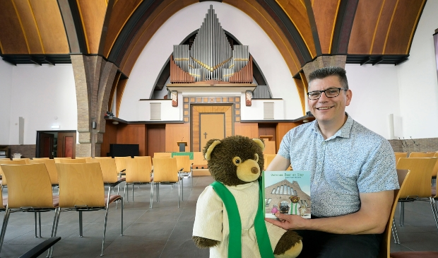 <p>Alexander Veerman met Dominee Beer en het boekje.</p>