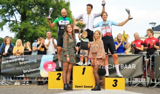 Het podium van de Sportklasse met winnaar Jeffrey van der Velden in het midden. Hij wordt geflankeerd door Henk de Jong (2e) en Bas Tietema (3e).