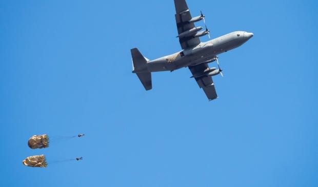 parachutisten springen uit een vliegtuig