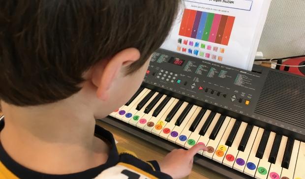 Kinderen bezig met de piano