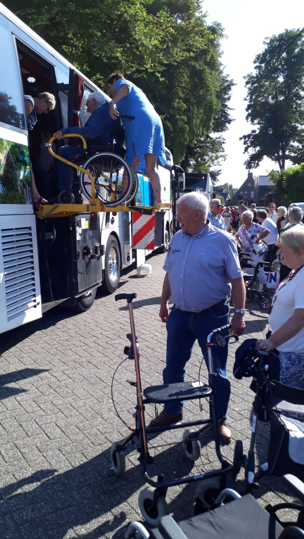 Met een tillift werden gasten die niet meer zelf de bus in konden lopen in de bus geholpen. Lieneke Meiling © BDU media
