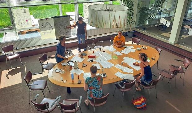 Verhalenworkshop in het gebouw met de vaas
