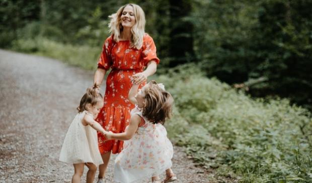 Moeder met dansende kinderen