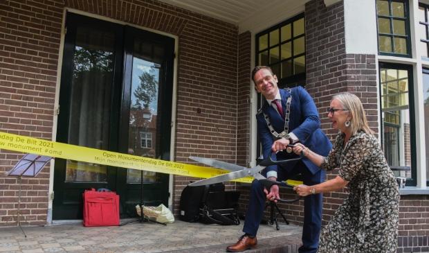 <p>Burgemeester Sjoerd Potters en Romana Engeman openen officieel de Open Monumentendag.&nbsp;</p>