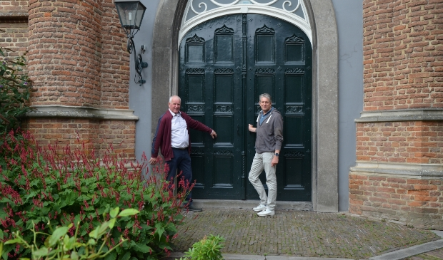 Kees Mocking en Marc Boers van de Rotary openen deuren die anders gesloten blijven.