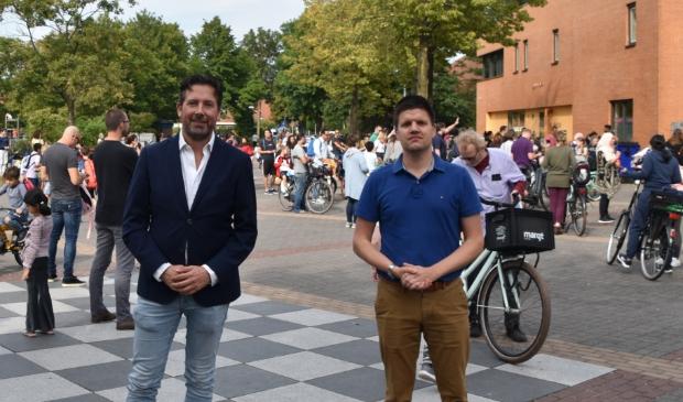 <p>De VVD-raadsleden Bas Zwart en Arjan Gerritsen bij het scholencomplex aan Orion.</p>