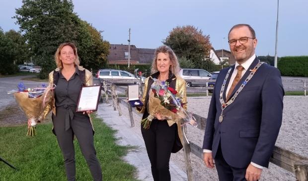 <p><em>Voorzitter Femke Steenbergen, erelid Jacomine van Schaijk en burgemeester Servaas Stoop.</em> </p>