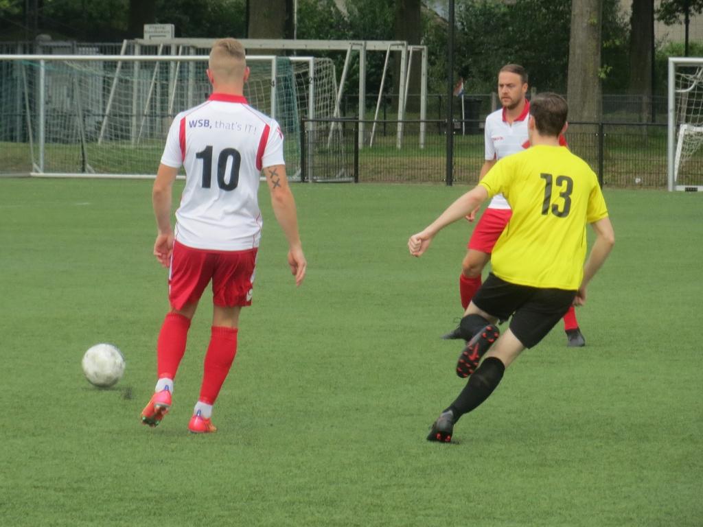 Aron Eijkelboom (10) speelt de bal onder toeziend oog van Robin de Kok Teus Stam © BDU media