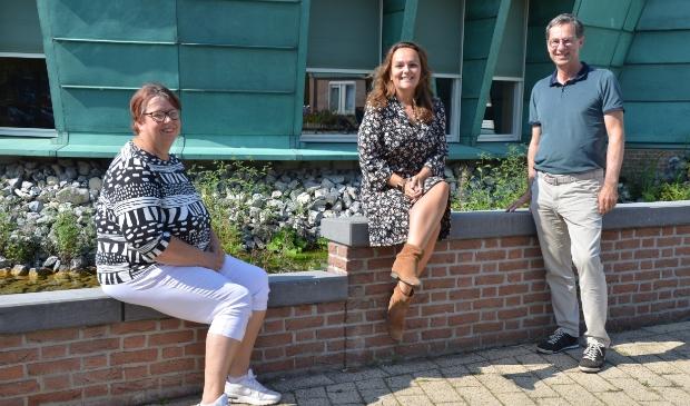 <p>Vrijwilliger Hanny Weustenraad, Laura Roosen (Verbonden Buurt) en John Smeets (Adviesraad Sociaal Domein).</p>