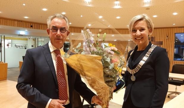 Henk Vreeswijk ontvangt bloemen van burgemeester Iris Meerts
