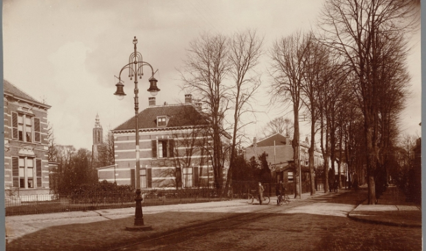 <p>&nbsp;Opvallend is de tramrails in het wegdek waar de paardentram van het Stationsplein tot aan de Kamp van 1901 tot 1917 overheen reed.</p>
