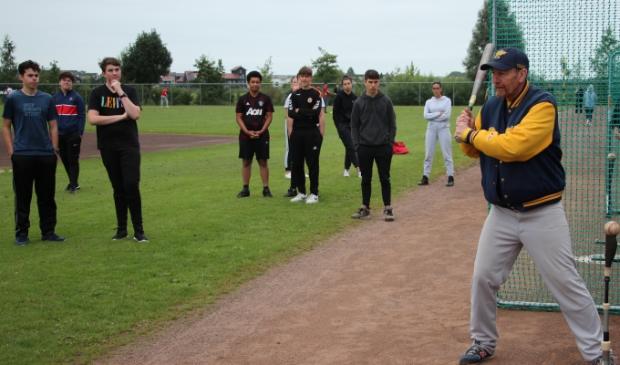 <p>De gezamenlijke clinic van Houten Dragons en Hockeyclub Houten was werd door de studenten hoog gewaardeerd. Hier onderdeel Honkbal.</p>