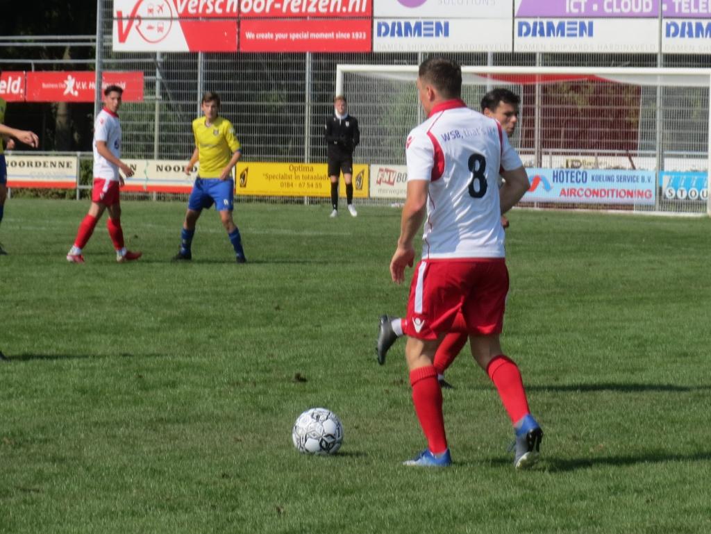 Collin de Kok (8) brengt de bal op tegen Dongen Teus Stam © BDU media