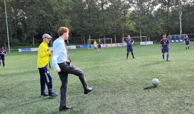 Wageningens burgemeester Floor Vermeulen verricht de aftrap bij de wedstrijd: De Voetbalwerkplaats-PvdA
