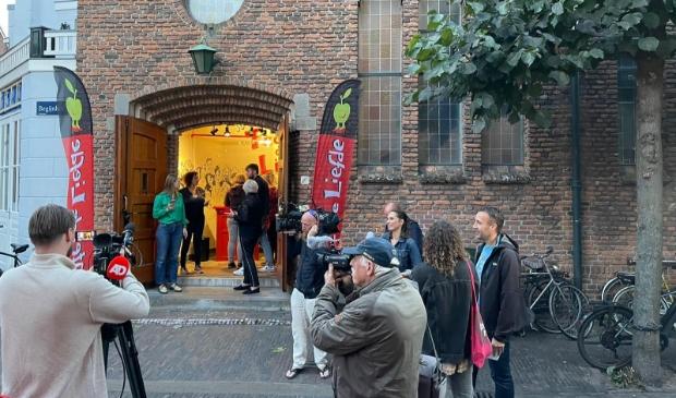 <p>Pers massaal aanwezig bij eerste try-out Theo Maassen in Theater De Liefde.</p>