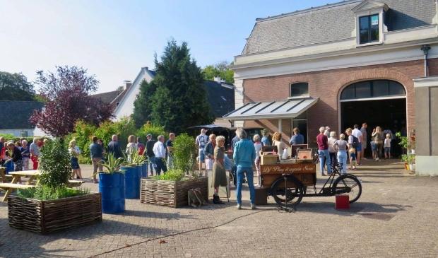 """Binnenplaats van de Parade met een rij wachtenden voor de ingang van de Expositie in de Stallen, met op de voorgrond DJ """"Play it again Sem"""""""