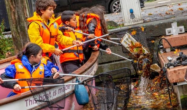 Haarlemse scholieren gaan plasticvissen in de Haarlemse wateren.