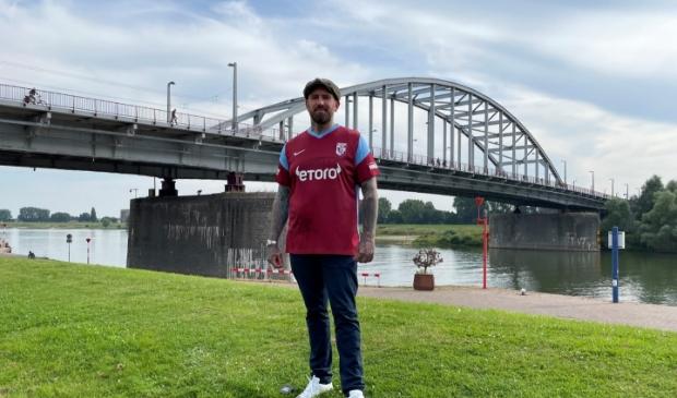 <p>Ben Saunders, schreef het fraaie nummer &lsquo;Geen brug te ver&rsquo;. Hij zal het lied voorafgaande aan het Airborne-duel: Vitesse-FC Twente ten gehore brengen.</p>