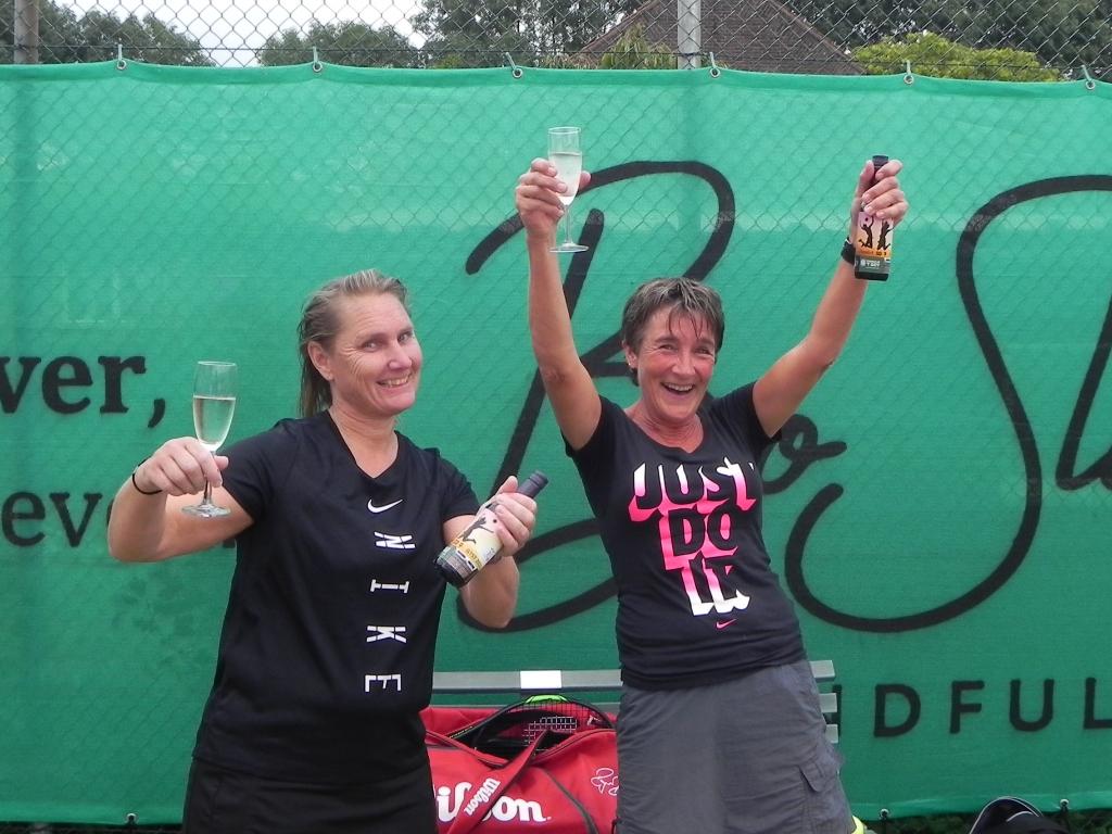 Maria Middelweerd en Miriam Bijkerk-Breed vieren op gepaste wijze hun overwinning.  Richard Thoolen © BDU media
