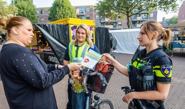 <p>De politie deelde flyers uit met tips om fietsendiefstal te voorkomen.</p>