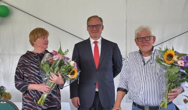<p>Lydia Schot, de heer &nbsp;Hildeward Hoenderken (voorzitter van de Raad van Beheer) voorzitter Jan Bouter ontvingen een zilveren erespeld </p>