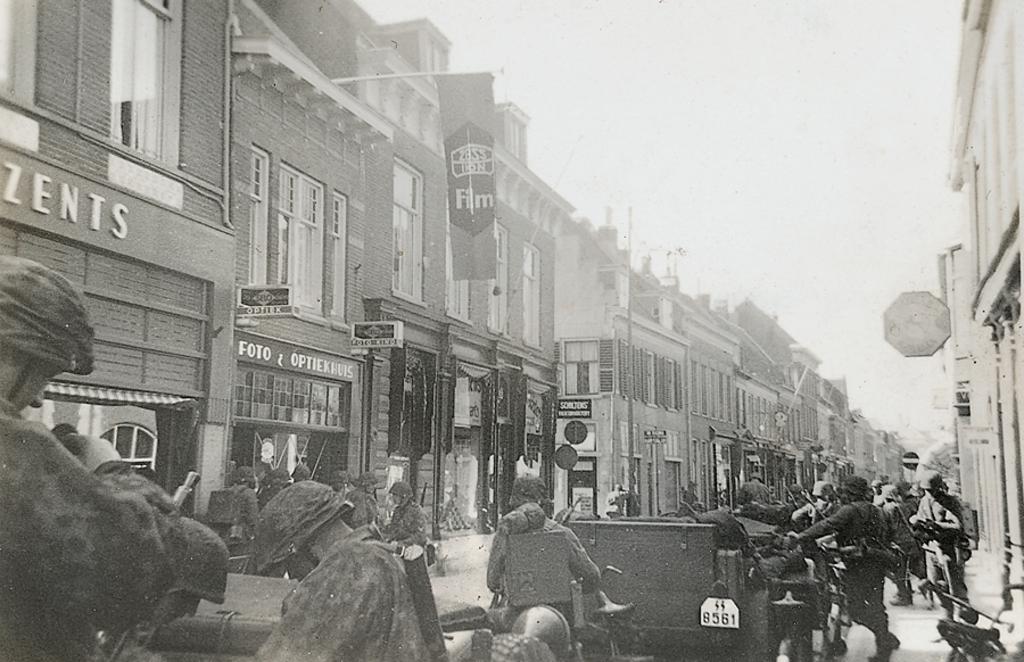 SS'ers op 11 mei 1940 rond 09.20 uur kort voor de aanval op de voorposten. De foto is genomen in de Wageningse Hoogstraat.  Collectie Martin Brink © BDU Media