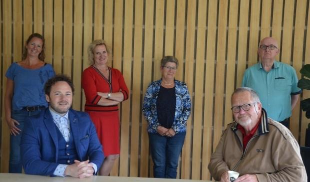 Het bestuur van AED HartstikkeNodig en wethouder Wil Kosterman