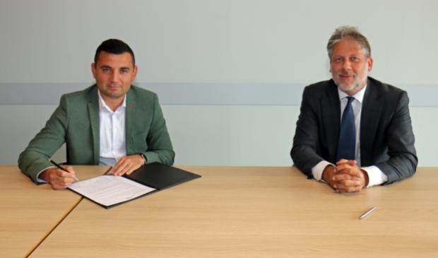 Ondertekening Charter Diversiteit door wethouder Ro van Doesburg (r.) en D66-raadslid Ilhan Tekir