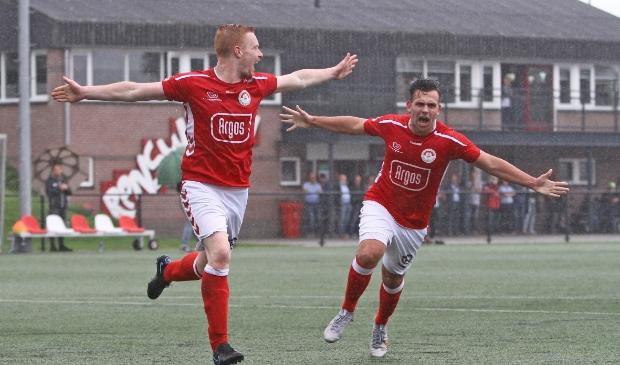 <p>Danny Stomphorst (links) en Arjan Verheij vieren de 1-0 tegen Kampong.</p>