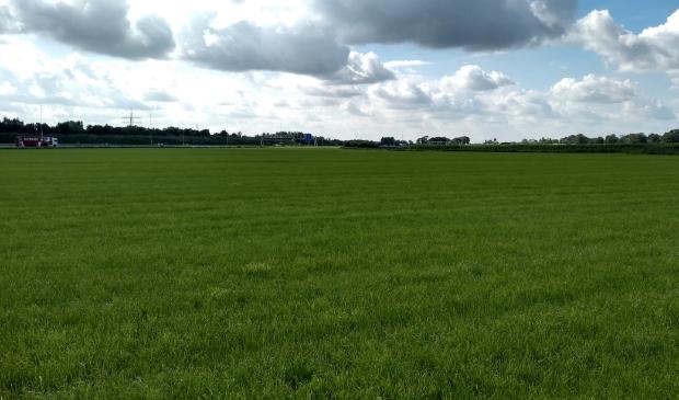 <p>Het open gebied van de A12/ Spoorzone, ten noorden van de snelweg, waar &eacute;&eacute;n of twee windturbines zouden kunnen komen.</p>