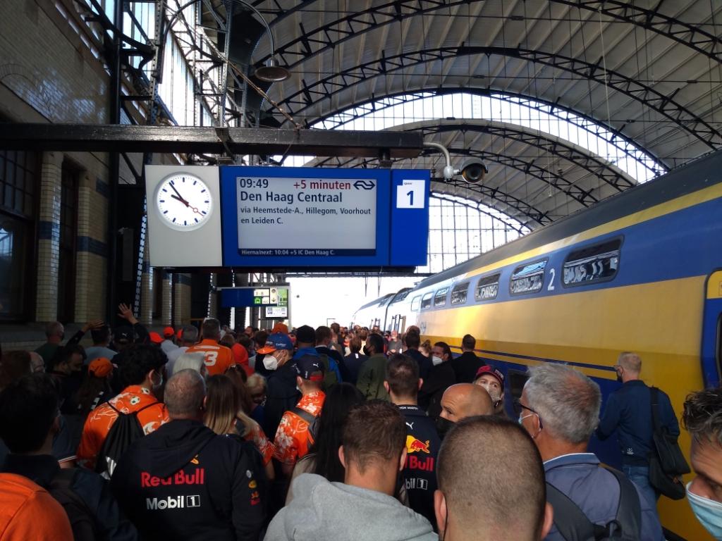 Drukte op station Haarlem door Formule 1 fans. Mariëlle Tukker © BDU media