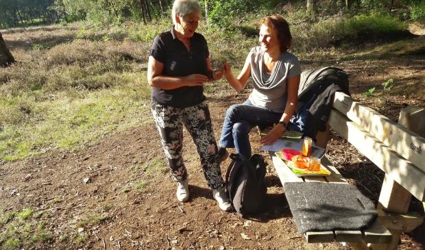 Wilma en Jeannette bij een beleveniswandeling