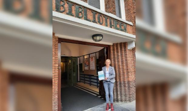 Directeur / bestuurder Miranda van Ooijen met het certificeringsbord dat een plekje krijgt in de Bibliotheek