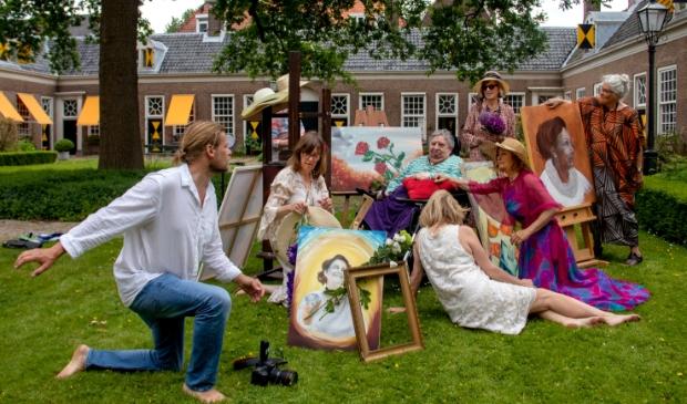 <p>Fotograaf Peter van Beek bezig met de enscenering voor 'Passie in beeld'</p>