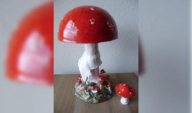 Een keramische roodwitte paddenstoel van Jos van de Blankevoort.