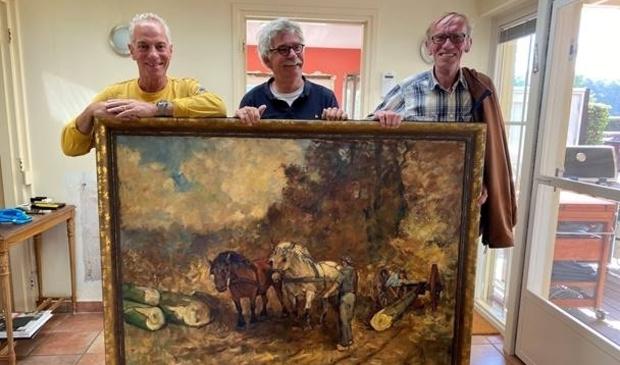 <p>Schenker Marco de Gast (l. en Herman Evertse en Anton Threels (r.) van het Noord-Veluws Museum.&nbsp;</p>