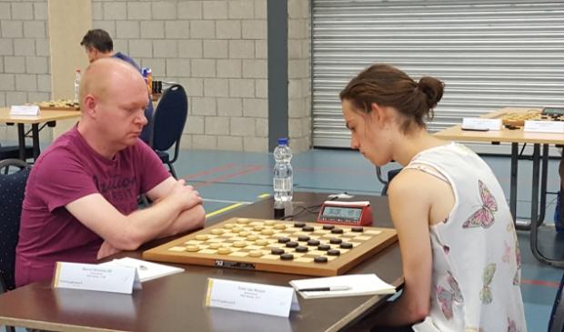 <p>Marcel Monteba, hier in actie tegen clubgenote/trainster Ester van Muijen, is een van WSDV&rsquo;s solide steunpilaren.</p>