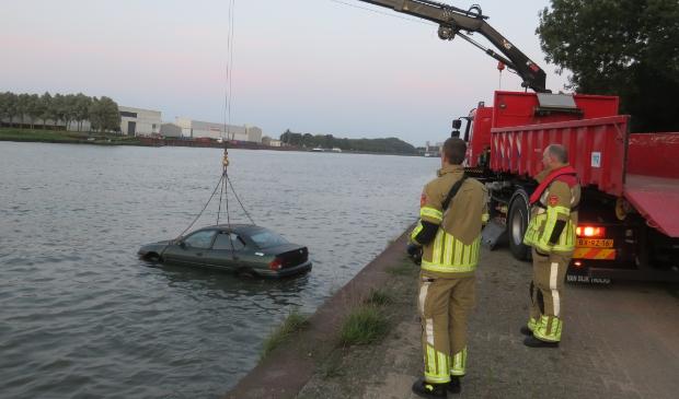 De auto, met daarin de dummy, wordt te water gelaten.