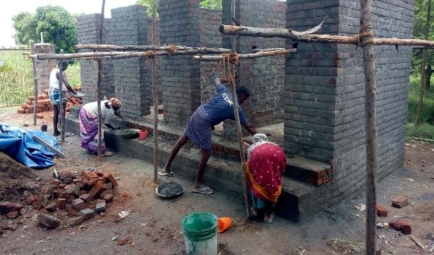 bouw van latrines door lokale mensen maar gefinancierd door dwgsoest