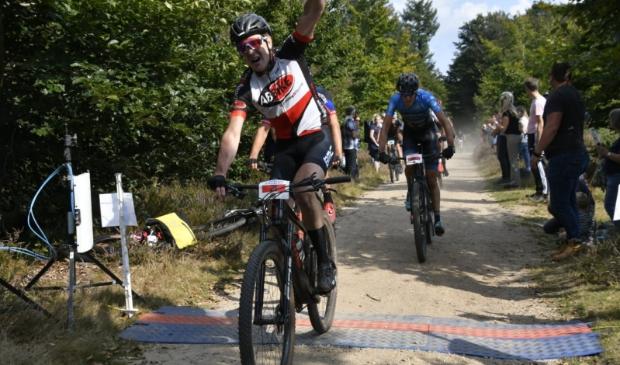 De winnaar van de 90 km wedstrijd passeert de finish
