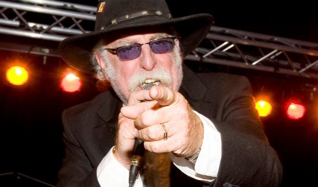 <p>Jaap Meurs als zanger van Big Jake &amp; The Two-Timers tijdens een Blueskroegentocht.</p>