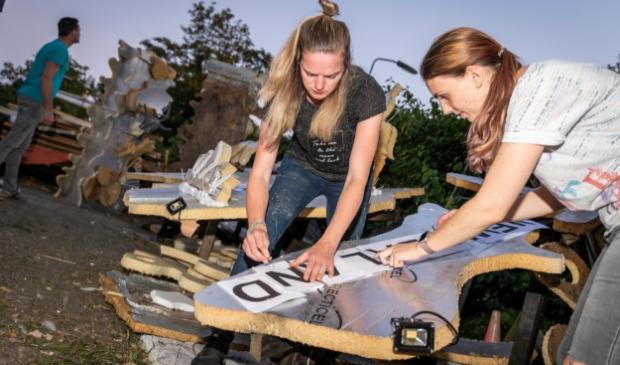 <p>Wendy van Loenen (links) en Emma Kasteel houden zich met Nieuw Zeeland bezig.&nbsp;</p>