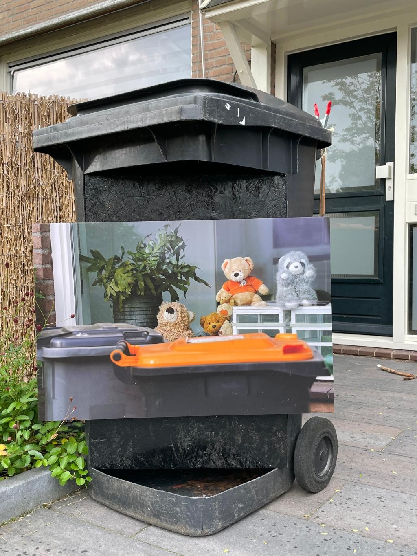 Een bordje in de tuin met daarop een foto toont de lockdown-beren Mathilde Dusol © BDU Media