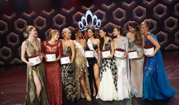 <p>Myrthe (uiterst rechts) tijdens de finale van Miss Nederland op het podium.</p>