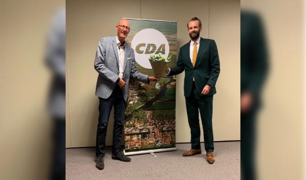 Joost van der Geest krijgt felicitaties van CDA voorzitter Gert Kraaijeveld