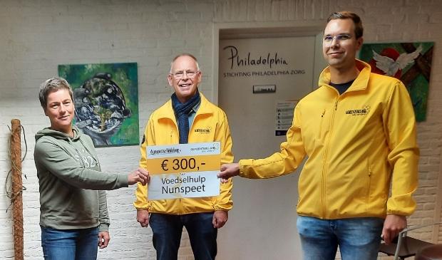 <p>Overhandiging Cheque, vlnr, Anja Mulder (voedselhulp), Gerrit Storteboom (Gemeentebelang), Danny Vis (Gemeentebelang)</p>